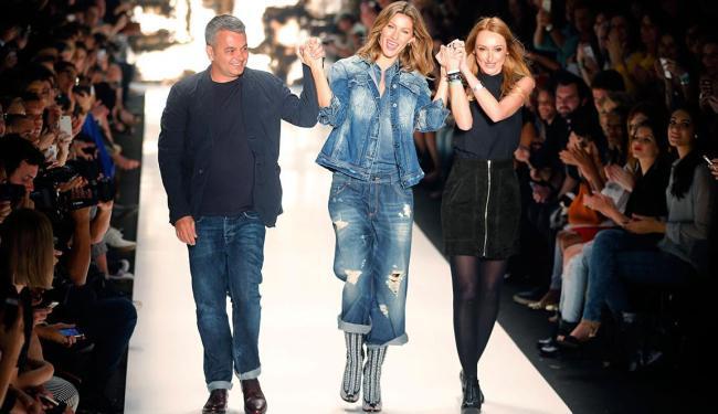 Gisele Bündchen, toda de jeans, ao lado de Adriana Zucco e Jeziel Moraes - Foto: /Paulo Whitaker | Agência Reuters | 04.11.2014