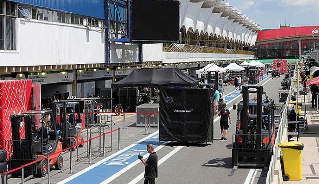Criticados, boxes de Interlagos serão totalmente reformados - Foto: Paulo Whitaker l Reuters
