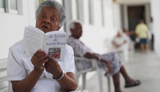 Haydê Cunha, 90, dribla a solidão com a companhia dos amigos e dos livros - Foto: Lúcio Távora | Ag. A TARDE