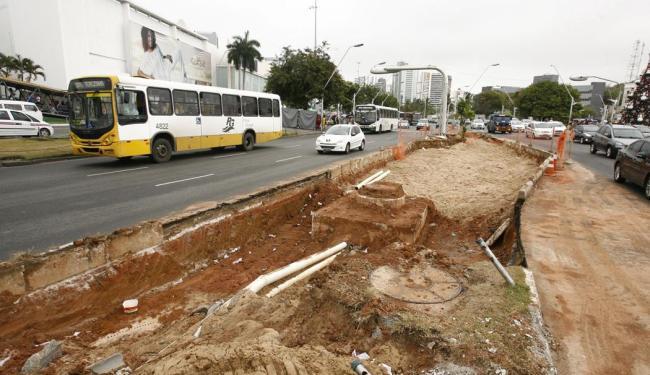 Pedestres devem evitar trecho em obra devido à quantidade de material em via pública - Foto: Luciano da Matta   Ag. A TARDE