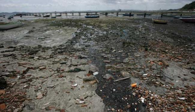 Falta de saneamento básico prejudica a pesca e a saúde dos moradores - Foto: Raul Spinassé | Ag. A TARDE