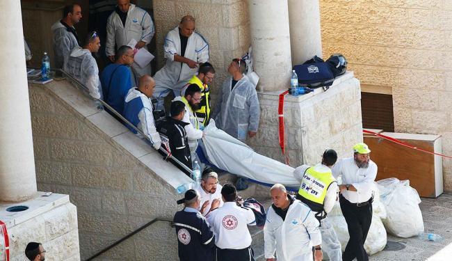 Israelenses carregam o corpo de uma vítima do ataque contra uma sinagoga - Foto: Agência Reuters