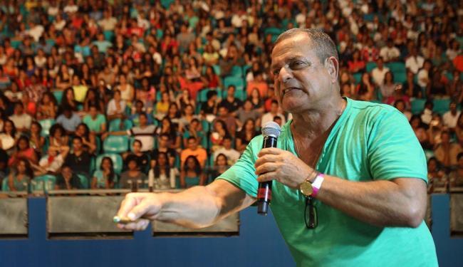 José Nilton, que leciona história, foi um dos educadores que se apresentaram nesta quinta - Foto: Lúcio Távora   Ag. A TARDE   06.11.2014