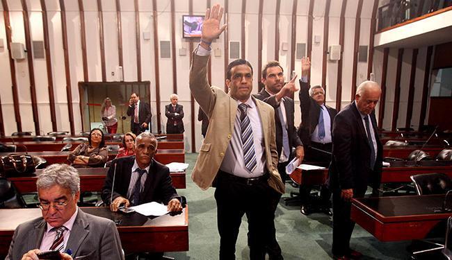 Com a presença de poucos oposicionistas, leis de organização básica da PM e dos Bombeiros passam - Foto: Lúcio Távora | Ag. A TARDE