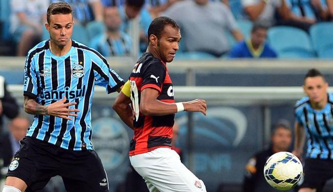 Richarlyson (d) foi o autor do único gol (contra) da partida - Foto: Edu Andrade | Fatopress | Estadão Conteúdo