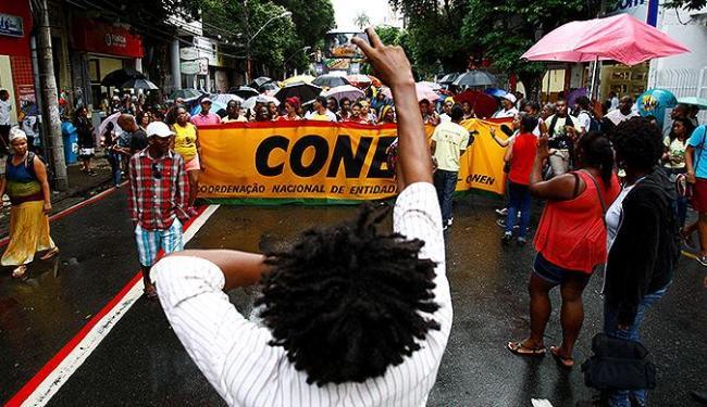 Mesmo com chuva, militantes de várias entidades negras caminharam até a Praça da Sé - Foto: Fernando Vivas | Ag. A TARDE