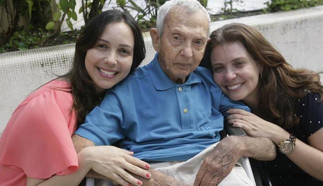 As irmãs Maria das Graças e Jackeline cuidam do pai, Benedito Leto, 81 anos, que sofre de demência - Foto: Margarida Neide | Ag. A TARDE