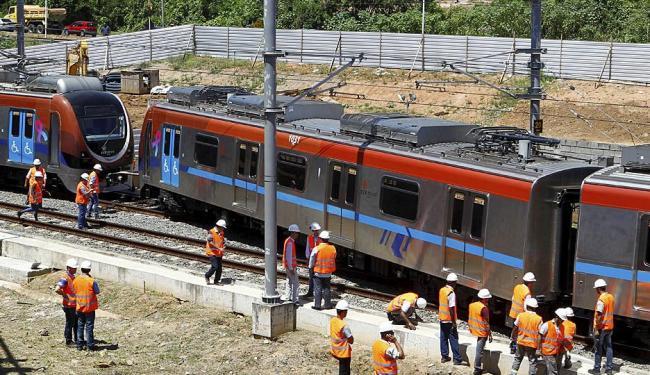 Técnicos da CCR, empresa responsável pelo metrô de Salvador, avaliam o vagão para saber qual a causa - Foto: Eduardo Martins | Ag. A TARDE