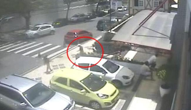 Bandidos saem tranquilamente depois de assaltar pais na escadaria do colégio - Foto: Reprodução