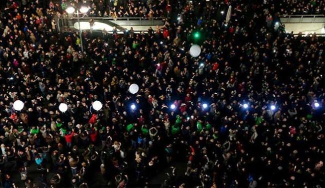Pessoas se apertavam em busca do melhor ângulo para registrar o momento histórico - Foto: Agência Reuters