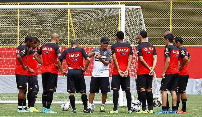 Técnico reúne o elenco para uma conversa antes do treino do Vitória na Toca do Leão - Foto: Eduardo Martins | Ag. A TARDE