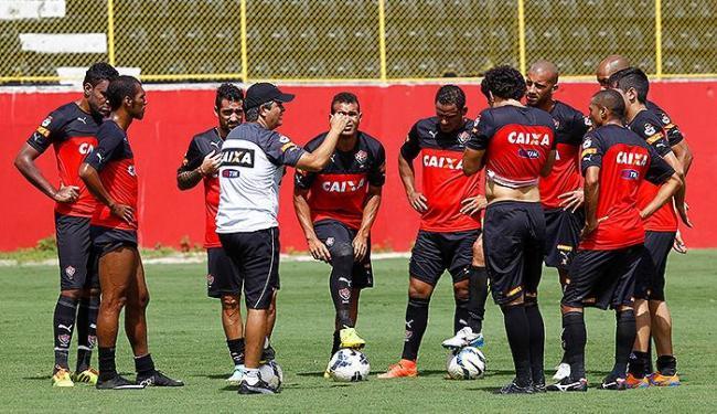 Técnico Ney Franco orienta os jogadores durante treino - Foto: Eduardo Martins | Ag. A TARDE