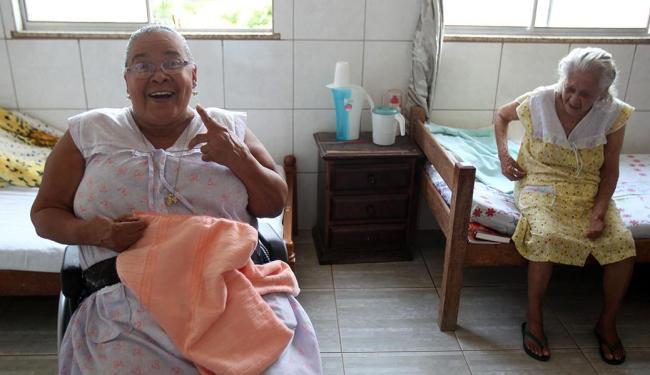 Nilzete Pinheiro, 68, trocou a casa na ilha para dividir um quarto com três idosas - Foto: Lúcio Távora | Ag. A TARDE | 14.10.2014