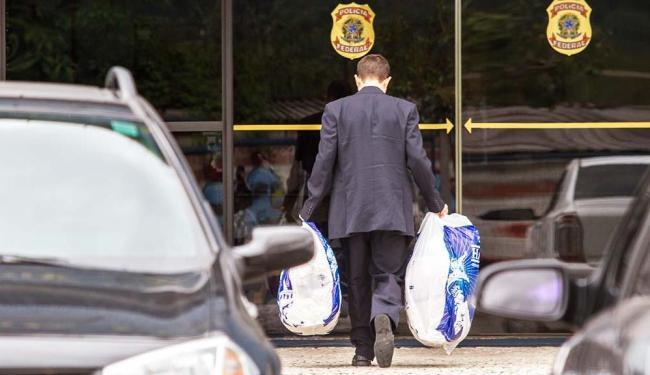Advogado dos executivo presos na operação Lava Jato, leva roupas e comidas à sede da PF em Curitiba - Foto: Paulo Lisboa | Brazil Photo Press | Esradão Conteúdo