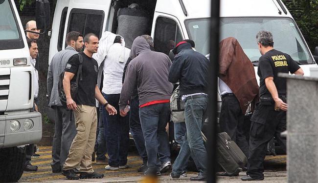 Na sede da PF, policiais federais conduzem 11 detidos nesta sexta-feira, 14 - Foto: Michel Filho | Agência O Globo