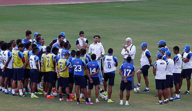 Dirigentes conversam com atletas antes de treinamento - Foto: Eduardo Martins   Ag. A TARDE