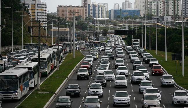 Trânsito intenso na Avenida Paralela, em Salvador - Foto: Raul Spinassé | Ag. A TARDE
