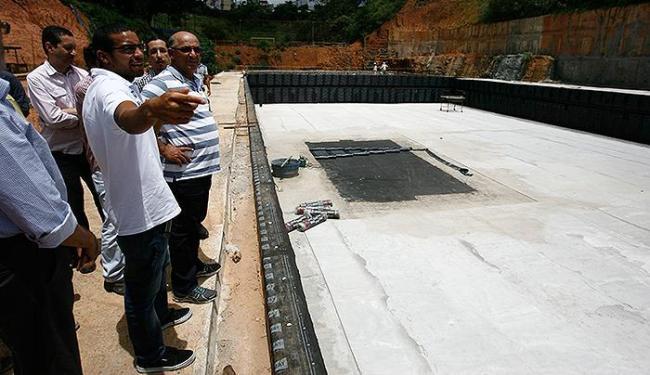 Allan visita as obras com o treinador, Rogério Arapiraca - Foto: Raul Spinassé | Ag. A TARDE
