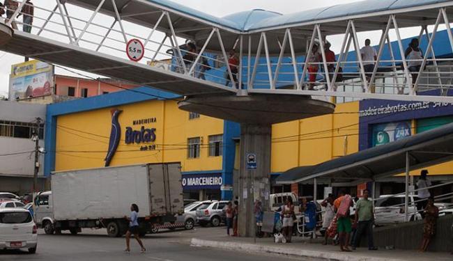 Segundo testemunhas, um dos bandidos pulou a passarela em frente ao estabelecimento e fugiu - Foto: Edilson Lima | Ag. A TARDE