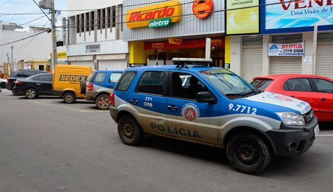 Policiais fizeram ronda no local na tentativa de encontrar os bandidos que assaltaram joalheria - Foto: Foto: Blog do Anderson