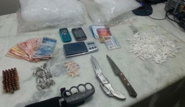 Foram encontrados com os adolescentes maconha, cocaína e crack - Foto: Foto/Reprodução da PM