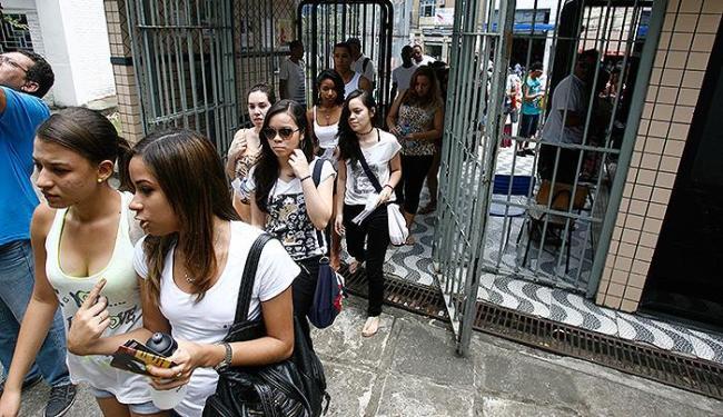Estudantes chegam para fazer provas no Colégio Central - Foto:   Ag. A TARDE
