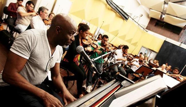 Sentado ao piano, Rey Lema ensaia com a Osba e o maestro João Galindo - Foto: Mila Cordeiro | Ag. A TARDE