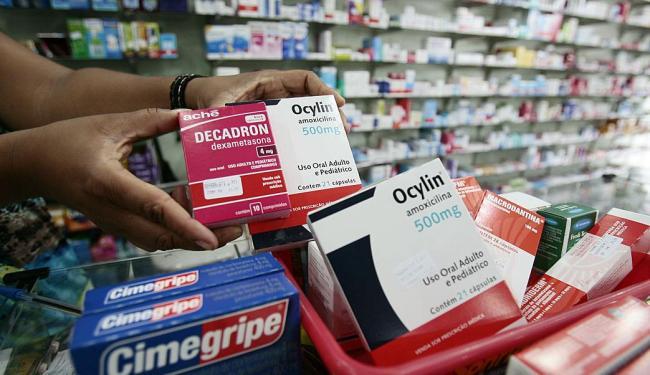 Os farmacêuticos vão poder oferecer os medicamentos similares como uma opção aos de referência - Foto: Gildo Lima   Ag. A TARDE   10.03.2011