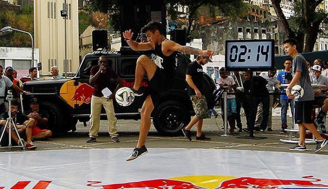 Ricardo de Araújo faz acrobacias perto do Elevador Lacerda - Foto: Eduardo Martins | Ag. A TARDE