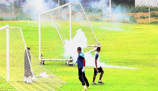 Rojões assustaram goleiros e jogadores que se exercitavam em uma das traves - Foto: Eduardo Martins   Ag. A TARDE