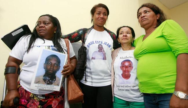 Rute (de verde), mãe de Davi, encontra outras mães que também estão com filhos sumidos - Foto: Joá Souza | Ag. A TARDE | 18.11.2014