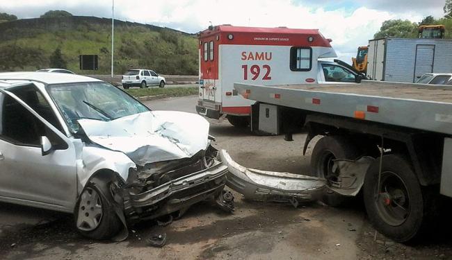Três pessoas ocupavam o carro no momento do acidente na BR-324 - Foto: Thaís Seixas | Ag. A TARDE