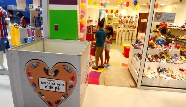 A sapataria Picula, no shopping Bela Vista, recebe doações em caixa na entrada da loja - Foto: Fernando Vivas | Ag. A TARDE | 02.11.2014