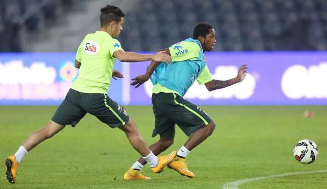 O meia Fred, ex-Inter, tenta escapar da marcação de Coutinho durante treino - Foto: Rafael Ribeiro | CBF