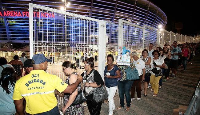 A entrada do público logo após a abertura dos portões da Fonte Nona para o show do Rei Roberto - Foto: Mila Cordeiro | Ag. A TARDE