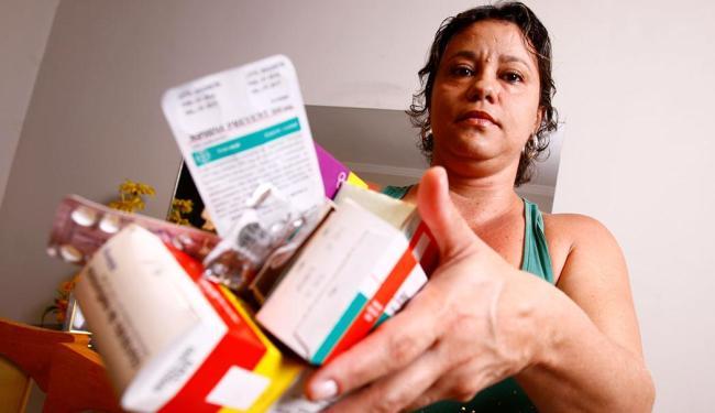 Silvana diz que costumava jogar remédios no lixo comum porque não tinha informações sobre riscos - Foto: Fernando Vivas | Ag. A TARDE | 30.10.2014