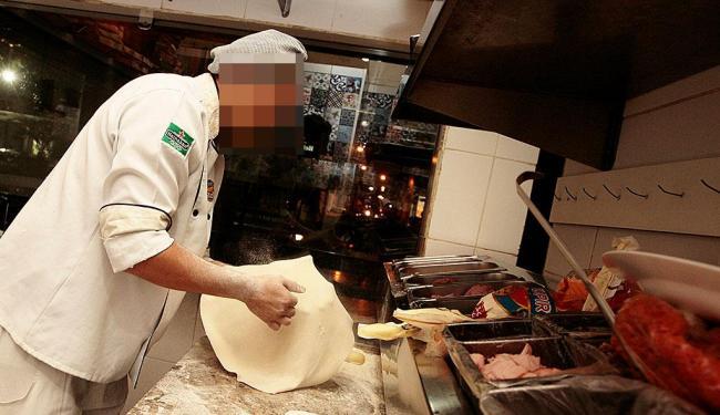 Cinco oportunidades estão disponíveis para função de pizzaiolo - Foto: Mila Cordeiro   Ag. A TARDE