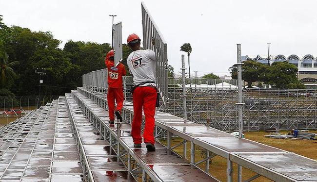 Operários trabalham na montagem das arquibancadas para prova - Foto: Eduardo Martins   Ag. A TARDE