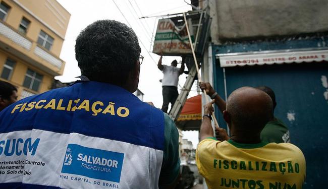 Agentes da Sucom removeram as publicidades irregulares constatadas nas duas clínicas - Foto: Raul Spinassé | Ag. A TARDE