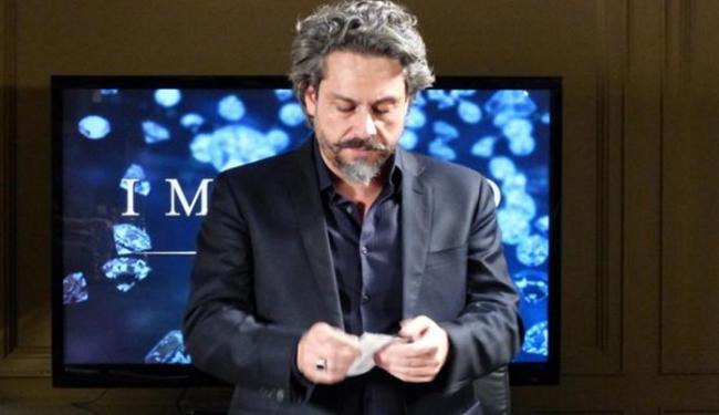 Comendador rasga resultado do exame de DNA - Foto: Reprodução   TV Globo