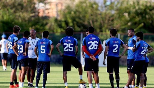 Charles conversa com o jogadores antes do treino no Fazendão - Foto: Divulgação l E.C. Bahia
