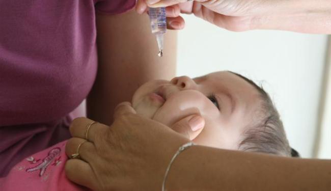 Vacina previne a paralisia infantil e é ministrada em gotas - Foto: Fernando Vivas | Ag. A Tarde | 21/08/2006