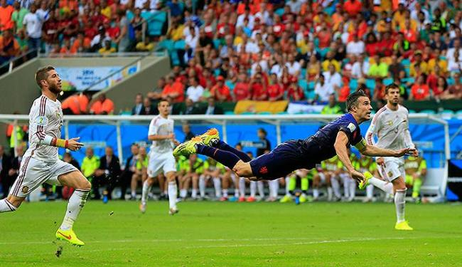 Gol do holandês Van Persie diante da Espanha, na Fonte Nova, durante a Copa está na briga - Foto: AP Photo l Bernat Armangue
