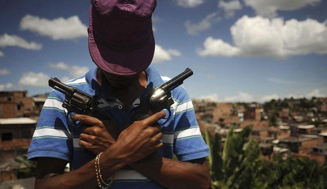 Membro de gangue do tráfico posa com armas em Salvador - Foto: Lunaê Parracho | Reuters
