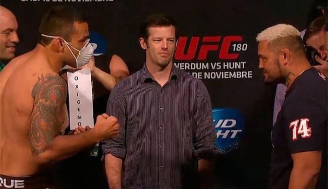 Brasileiro subiu para a pesagem com uma máscara de oxigênio - Foto: Reprodução l UFC