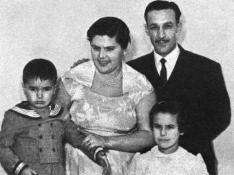 Dona Ercy posa com o marido e filhos. Elis à direita - Foto: Divulgação
