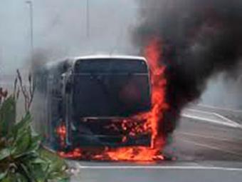 Ônibus pegou fogo na avenida Contorno nesta quinta-feira, 25 - Foto: Nill Lima   Cidadão Repórter   via Whatsapp de A TARDE