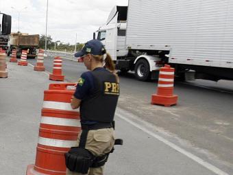 Agentes reforçarão o policiamento nas estradas a partir desta terça - Foto: Luiz Tito | Ag. A TARDE | 29.10.2004