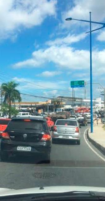 Longa fila de veículos se forma no entorno do Terminal de São Joaquim - Foto: Luciano Diniz  Cidadão Repórter
