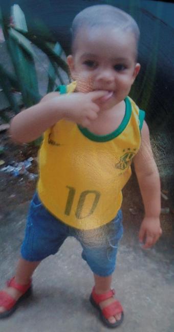 Menino Mário Gabriel Lago Sansão, de 1 ano e 8 meses, foi baleado nos braços do avô - Foto: Margarida Neide | Ag. A TARDE | 30.11.2014